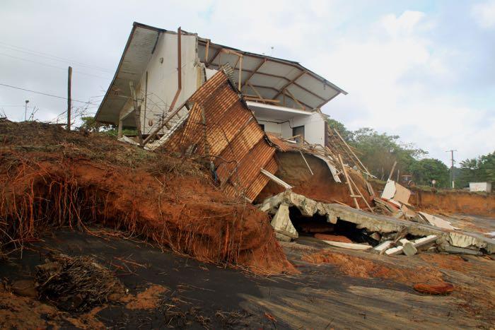 Maison détruite lors d'un épisode érosif en 2013, Route des plages, Rémire-Montjoly © VMorel, IRD, Discontinuités