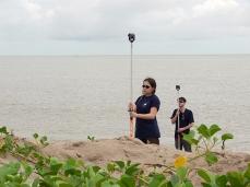 Mesures topographiques sur la plage de Yalimapo, dans l'ouest de la Guyane © CNRS Photothèque Jacques-Olivier FORTRAT