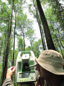 Tachéomètre pour mesurer l'architecture des arbres © CProisy IRD AMAP